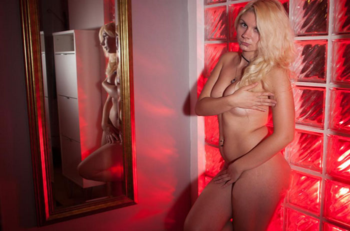junge blondine stoehnt bei erotik livesex am telefon